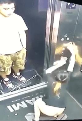电梯里拉屎被撞见 男子当时都傻眼了