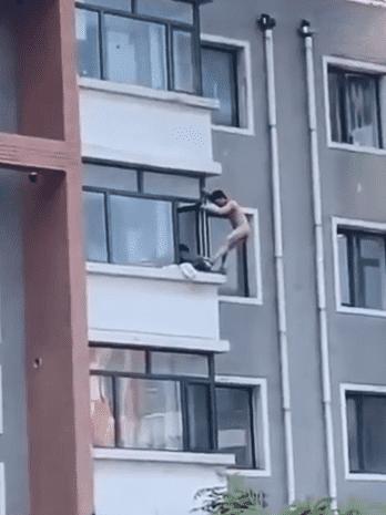 老王被抓爬出窗外不幸